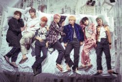 BTS -  AFFICHE GROUPE DANS UN LIT (61 CM X 91 CM)